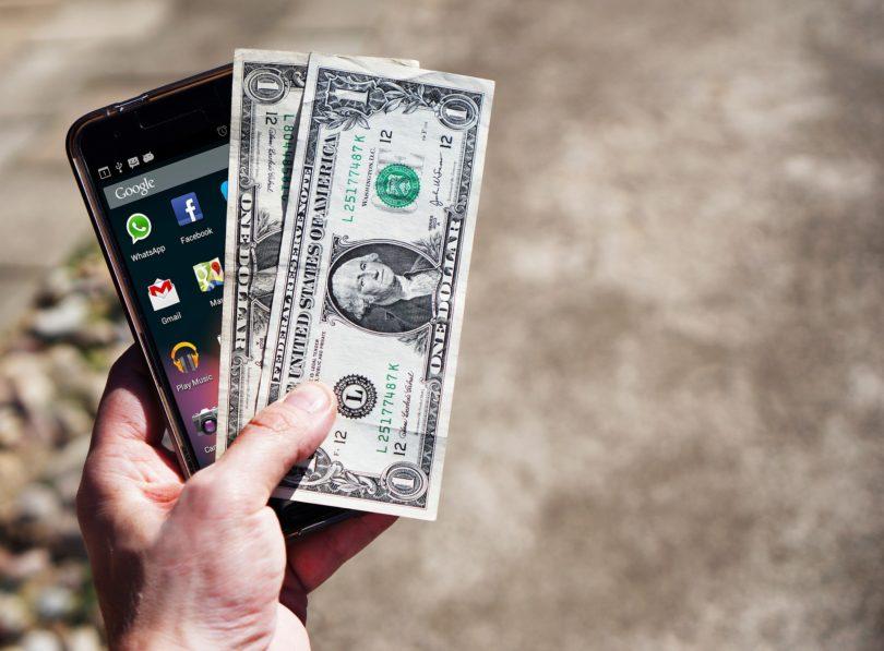 Mobiltelefon mit Geld Dollarscheine
